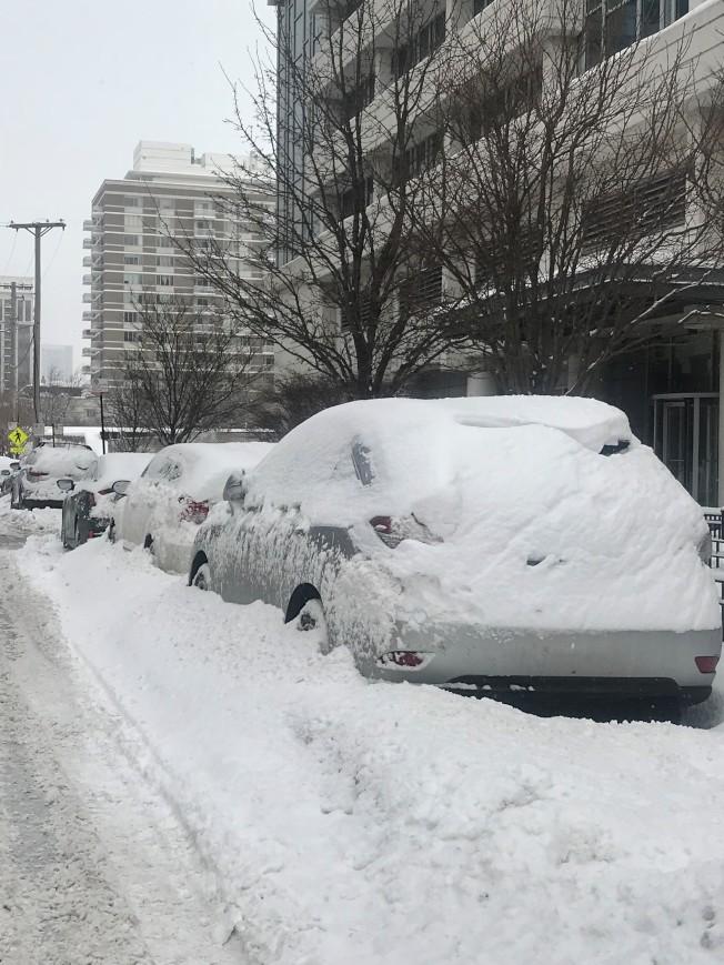 暴雪過後,要將停在路邊的車子清除積雪,要花上許多力氣、時間。(特派員黃惠玲╱/攝影)