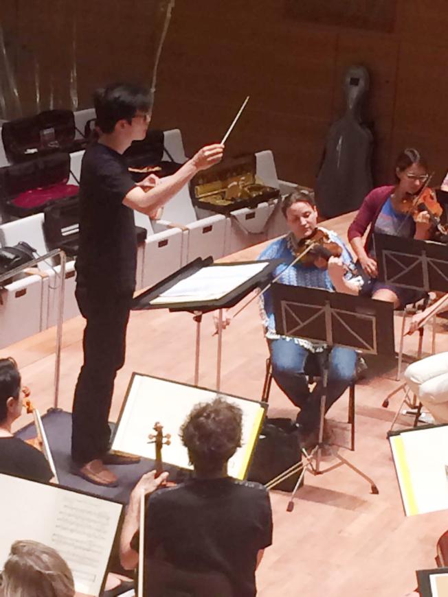 鄭皓安與寶湖梅交響樂團(Bochumer Symphoniker)排練。(鄭皓安提供)