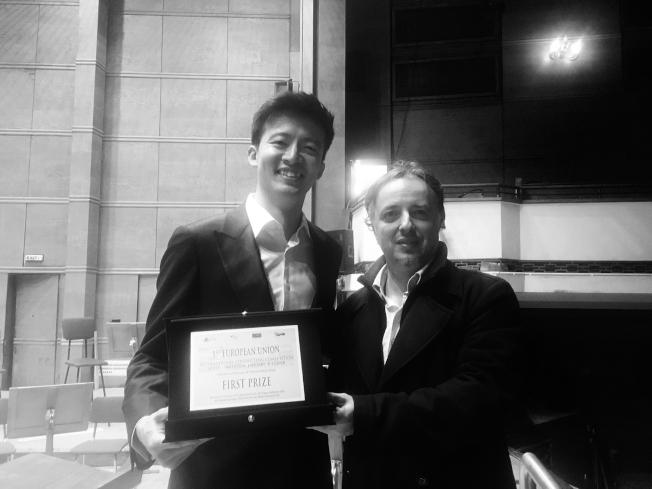 鄭皓安(左)獲得歐盟指揮比賽首獎,與主辦人曲契堤(Davide Cicchetti)合影。(鄭皓安提供)