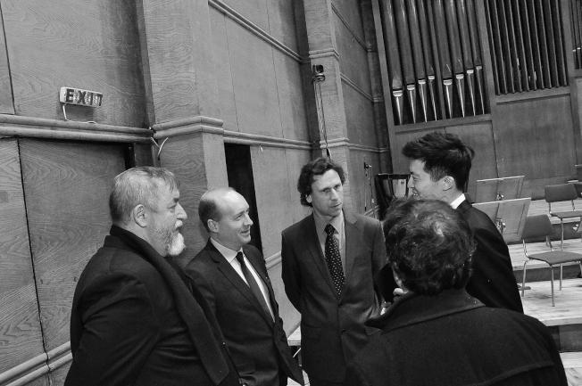 裁判群在比賽後與鄭皓安談話。(鄭皓安提供)