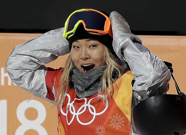 17歲的美國隊韓裔選手克羅伊金(Chloe Kim)在女子單板滑雪中,12日獲得金牌,成為史上最年輕鑲金選手。(美聯社)