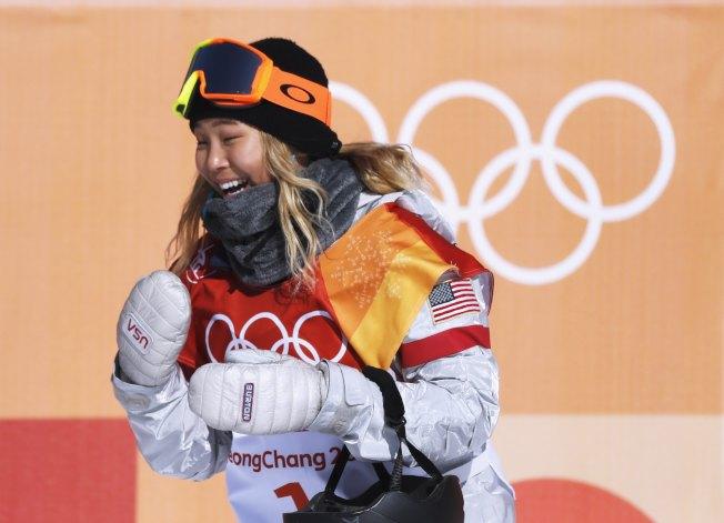 17歲的美國隊韓裔選手克羅伊金(Chloe Kim)在女子單板滑雪中,12日獲得金牌,成為史上最年輕鑲金選手。(路透)