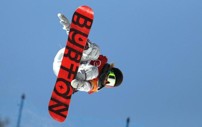 17歲的美國隊韓裔選手克羅伊金(Chloe Kim)在女子單板滑雪中,12日獲得金牌,成為史上最年輕鑲金選手。(歐新社)