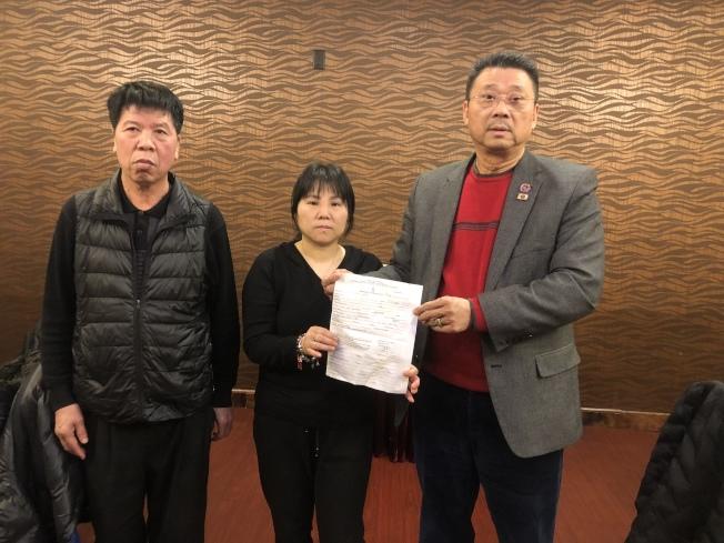 陳奮新(左起)、陳丹紅向美國亞裔社團聯合總會會長陳善莊表達感謝。(記者黃伊奕╱攝影)