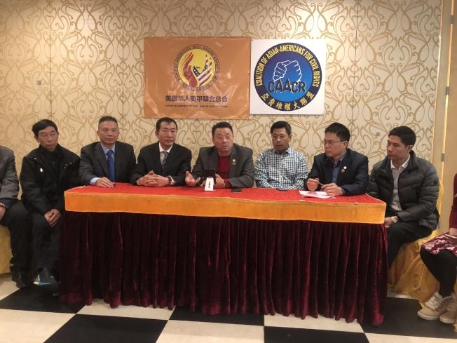 陳善莊(左四)、高家順(左三)等討論如何幫助即將被遣返的華裔夫婦。(記者黃伊奕╱攝影)