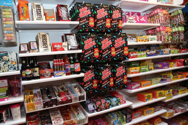 一名兩歲男童7日隨父親到喬治亞州一家超市購物,因為想買糖果哭鬧,不料一名陌生男子上前抓住男童手臂,二話不說便打男童屁股。(Getty Images)