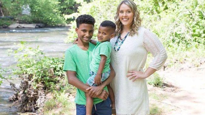 26歲的老師海莉收養了頑劣學童羅賓遜和他弟弟,變成兩個孩子的媽。(取材自臉書)