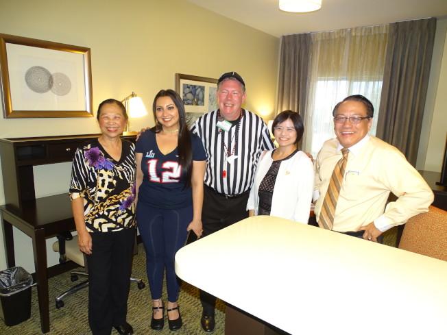 旅館經理Trent Marr(中)親自向李美姿(右二)、賴清陽(右一)、賴李迎霞(左一)等介紹房間各項設施。