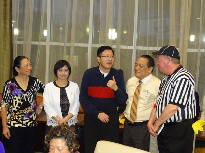 美南台灣旅館公會會長葉德雲(中)樂見大家投資中國城,更歡迎該旅館為華人提供服務。