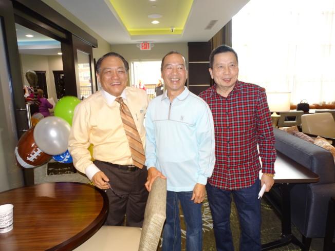 久違的中國城世運麵包蘇老闆(中),近年來轉戰旅館業大有斬獲,與賴清陽等老朋友相見歡。