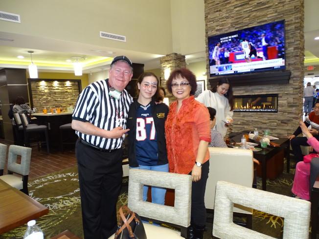 Trent Marr(左)向旅館的土地開發商石少力(右)介紹他女兒是花式滑冰國手,獲得全場來賓熱烈鼓掌。