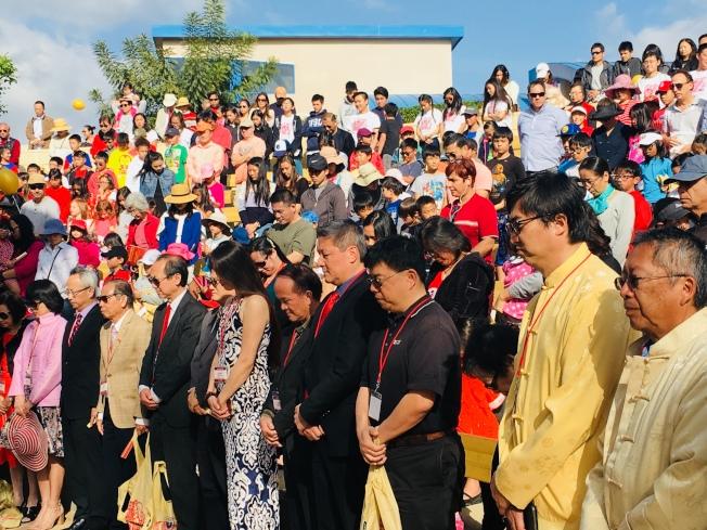 中華學苑慶祝30周年,先為花蓮受難者默哀一分鐘。(記者陳良玨/攝影)