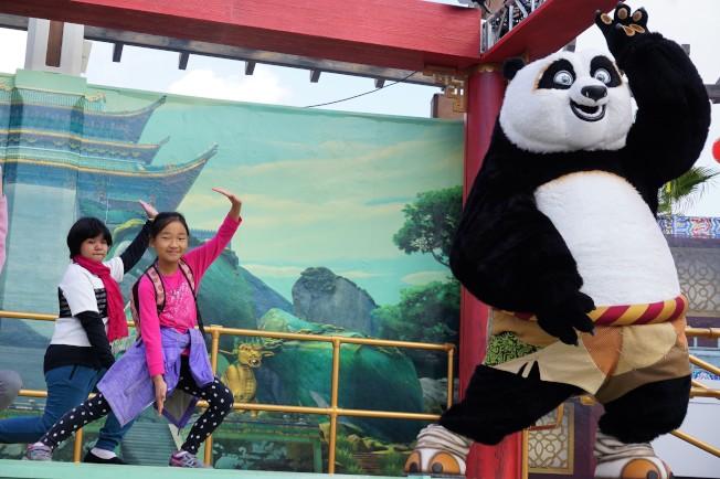 功夫熊貓阿寶教小朋友練習中國武術。(記者馬雲/攝影)