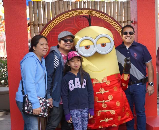 小黃人也穿上紅棉襖,加入中國新年慶祝。(記者馬雲/攝影)