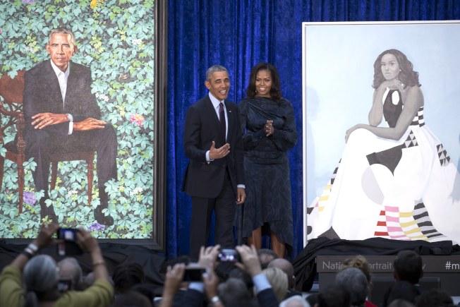 前總統歐巴馬夫婦12日出席在華府史密松寧國家畫像館舉行的兩人畫像揭幕儀式。(路透)