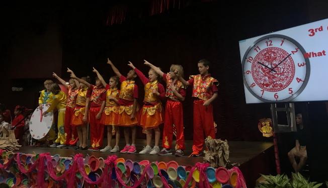 洋娃娃穿中國服飾唱中文歌,載歌載舞相當有趣。(李素娜提供)