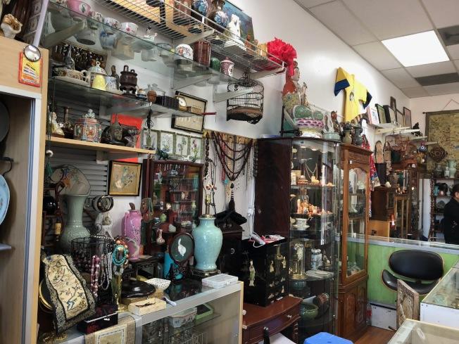 南加華人骨董同好聚集在骨董格子舖。(記者張宏/攝影)
