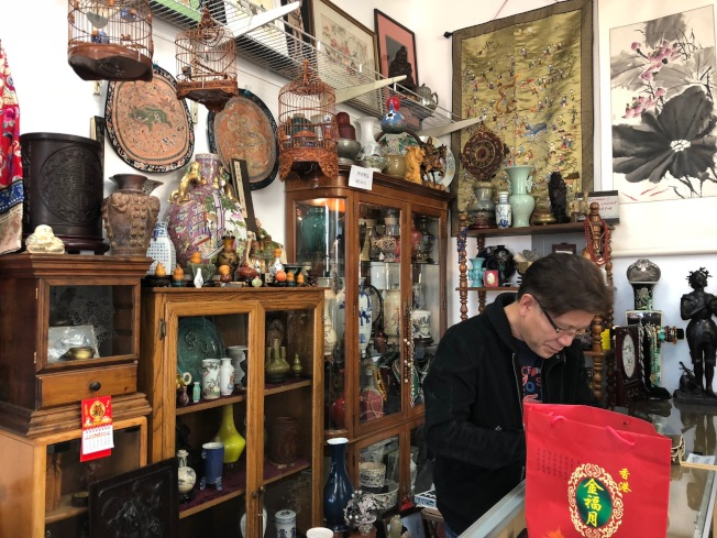 南加华人骨董同好聚集在骨董格子铺。(记者张宏/摄影)