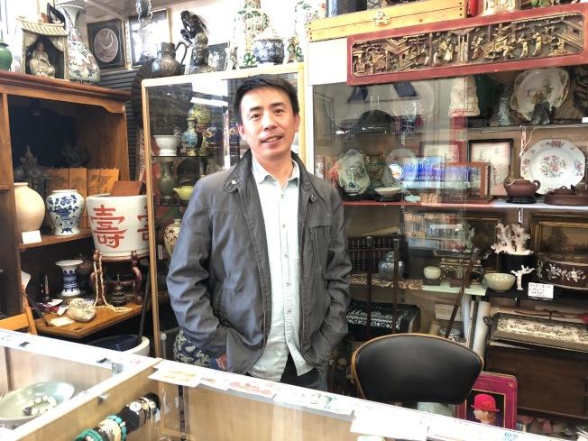 Gary呂喜歡收集錢幣和玉器。(記者張宏/攝影)