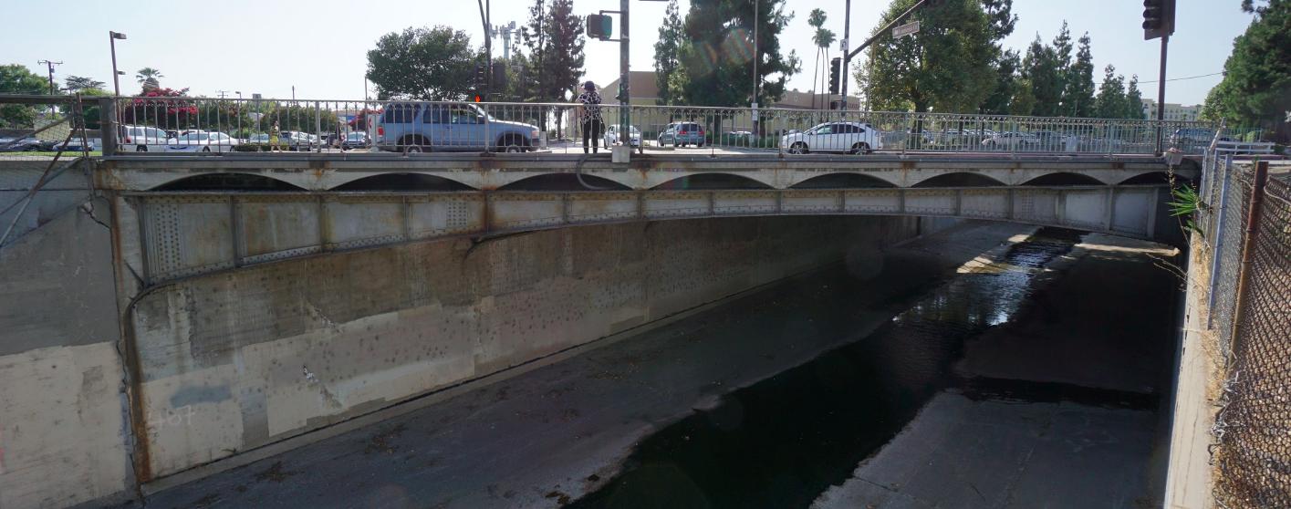 聖蓋博全統廣場東側的防洪渠舊橋。(聖蓋博市提供)