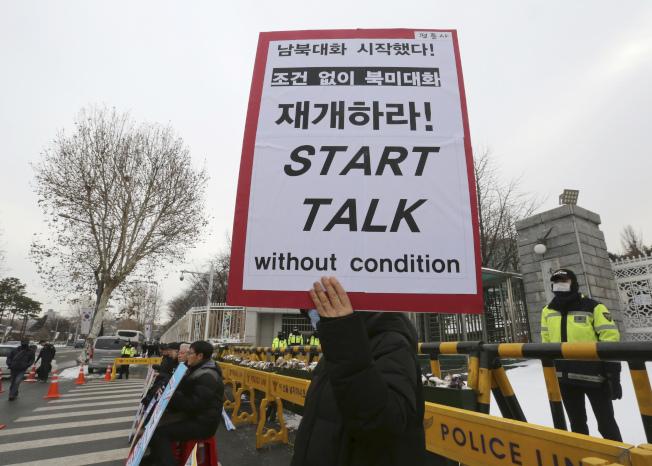 抗議民眾要以對話為和平基礎。(美聯社)