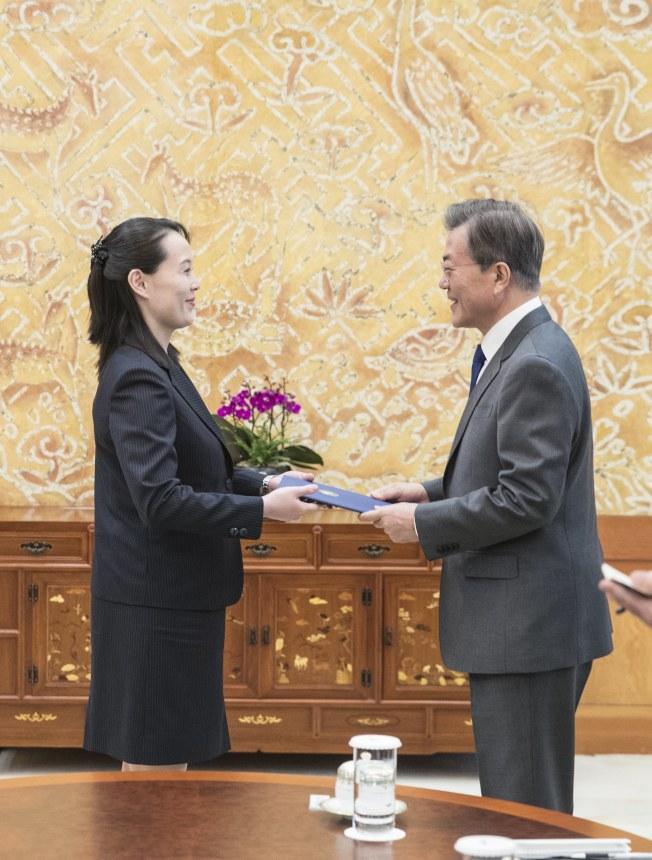 北韓發動和平攻勢,金與正(左)代表胞兄金正恩,致送邀請訪問信函給南韓總統文在寅,邀他訪平壤。(歐新社)