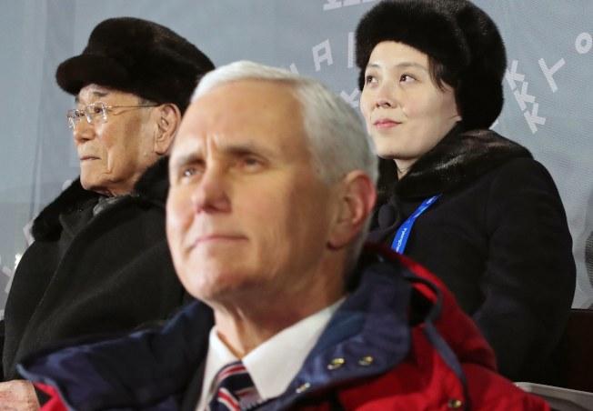 美國副總統潘斯出席平昌冬奧開幕式,背後為北韓代表金與正(後右)及北韓人民最高議會委員長金永南。但雙方均視而不見,沒有互動,如今傳出美方不設條件,願與平壤對話。(美聯社)