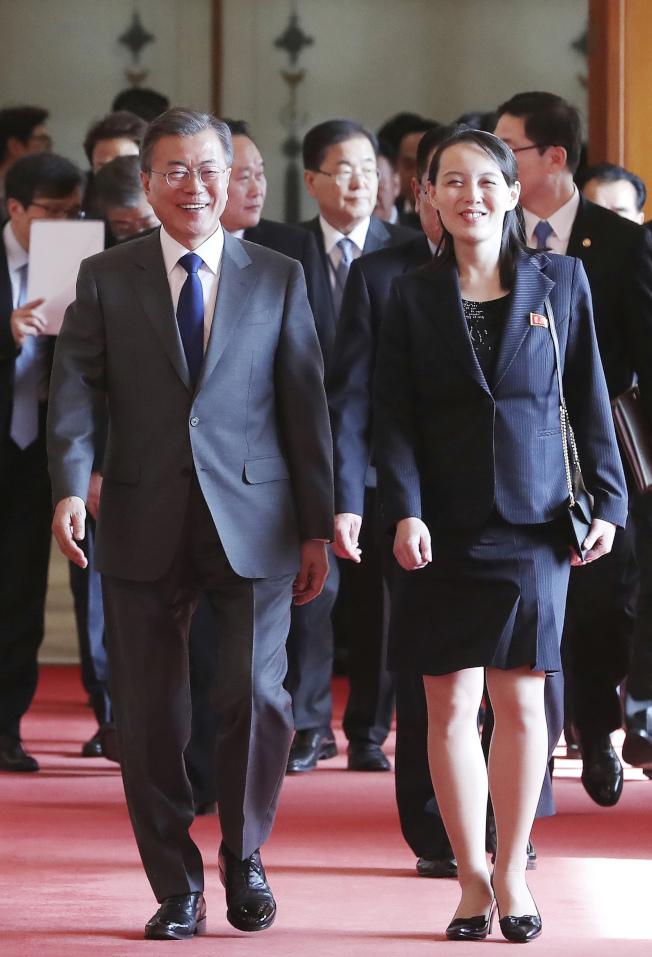 北韓金與正(右)藉冬奧,打開與韓國文在寅(左)的來往。(美聯社)