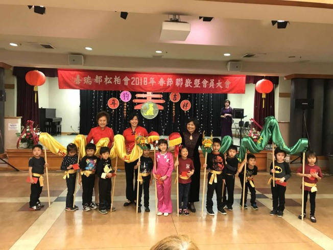 喜瑞都中文學校學生們表演「祥獅獻瑞、瑞龍呈祥」。(顏綠新提供)