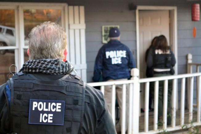川普總統上任後,移民與海關執法局執法權力擴大,使得去年有3萬7734個沒有犯罪紀錄和可能指控的移民被捕。(美聯社)