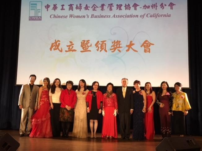 中華工商婦女企業管理協會加州分會,11日晚在工業市太平洋棕櫚酒店舉行成立大會。創會會長任菲比(左五至左七)、總會會長楊素端、協會理事長李余妙玲。(記者楊青/攝影)