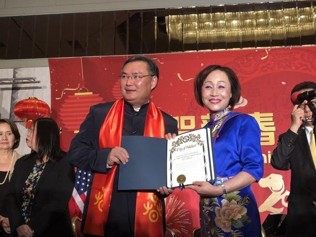 核桃市市長蘇王秀蘭(右)為張平頒發賀狀。(記者王若然╱攝影)