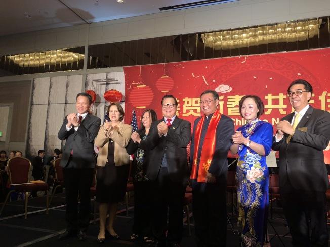 洛杉磯地方政要和張平總領事(右三)一起向大家拜年。(記者王若然╱攝影)