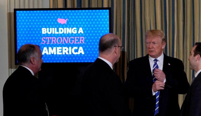 川普總統向與會者說明總預案有關基礎建設部分。(路透)