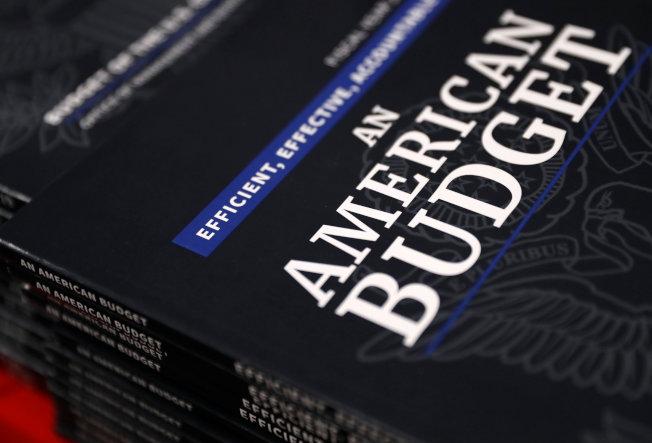 聯邦出版局12日在華府陳列川普總統的2019年度預算書。(路透)