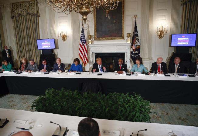 川普總統12日主持會議宣布聯邦預算案。(美聯社)