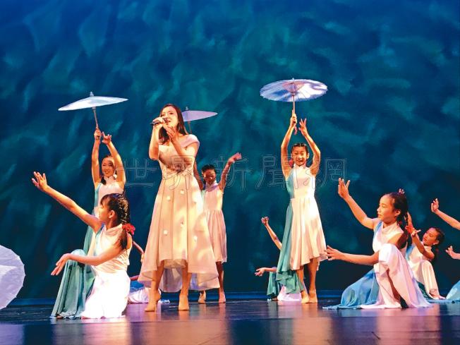 王甜甜在曉佩舞蹈學院學生伴舞下演唱「在水一方」。(記者黃少華/攝影)