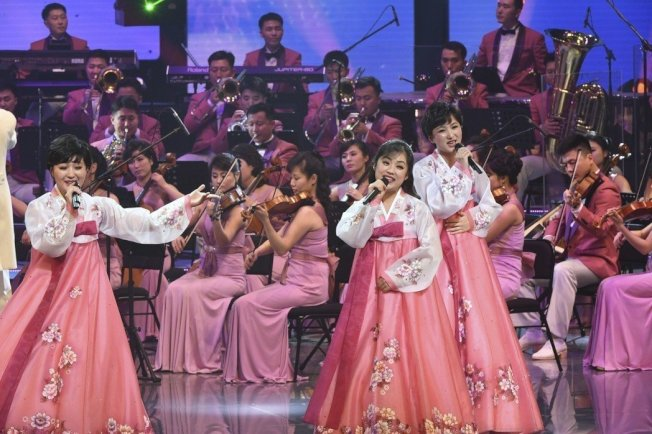 由北韓三池淵管弦樂團組成的北韓藝術團成員在韓國江陵藝術中心表演。圖╱新華社