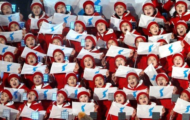 北韓美女啦啦隊平昌冬奧引發話題,甜美長相,整齊劃一的服裝動作加上優美歌聲,成為賽場邊最受矚目的焦點。路透