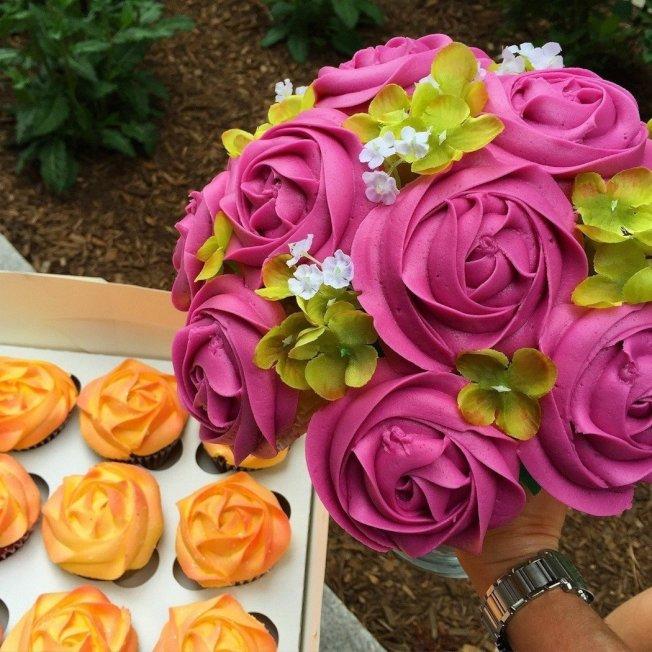 外國糕點業者發揮巧思,將杯子蛋糕製成花束,外觀相當精緻、可口。圖/Baked Bouquet臉書