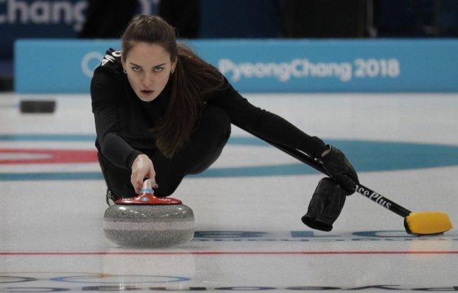 俄羅斯女選手碧莉戈羅娃,在比賽時專注神情,讓許多網友紛紛稱讚「根本是模特兒」。美聯社