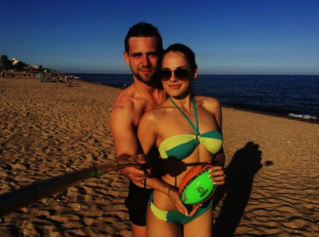 碧莉戈羅娃(右)與丈夫許尼斯基(左)在西班牙度假。(翻攝Anastasia Bryzgalova Instagram)