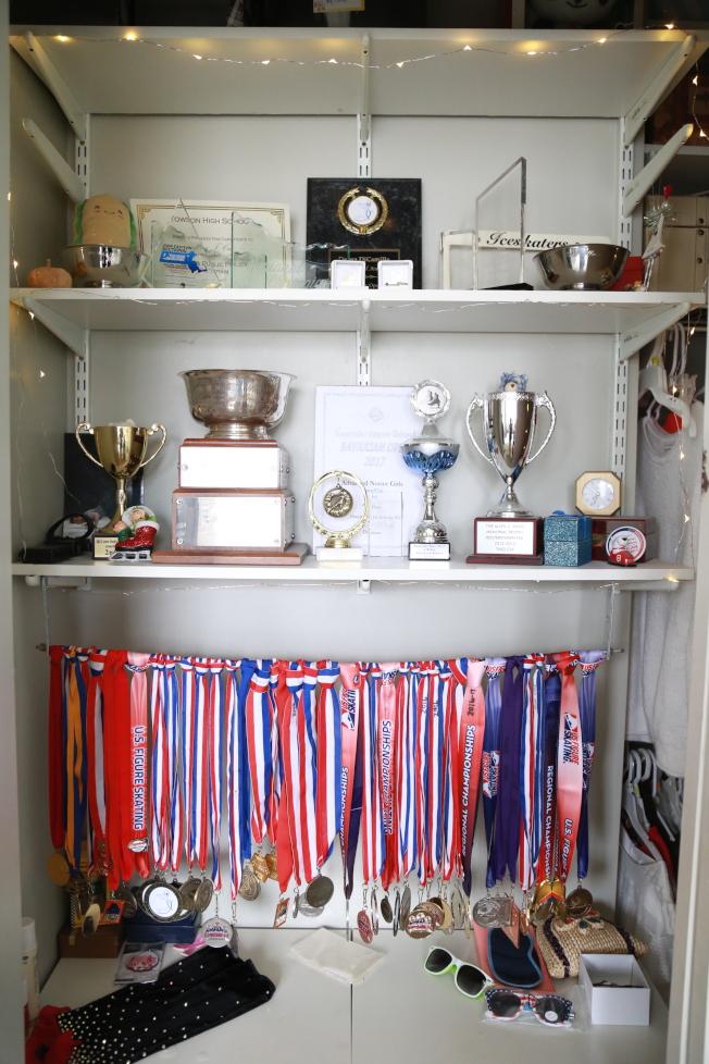 崔婷婷從7歲開始學習滑冰,五年來參加各項賽事積累的獎牌、獎盃,快占滿衣櫥。(記者羅曉媛/攝影)