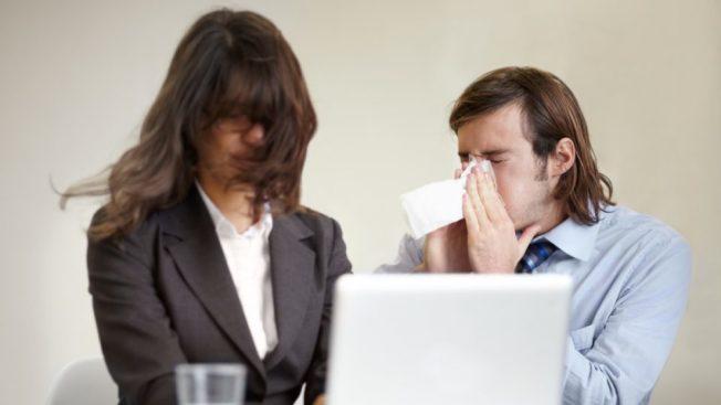 今年流感季節傳染嚴重的原因之一,是雇主不給帶薪病假。(Getty Images)