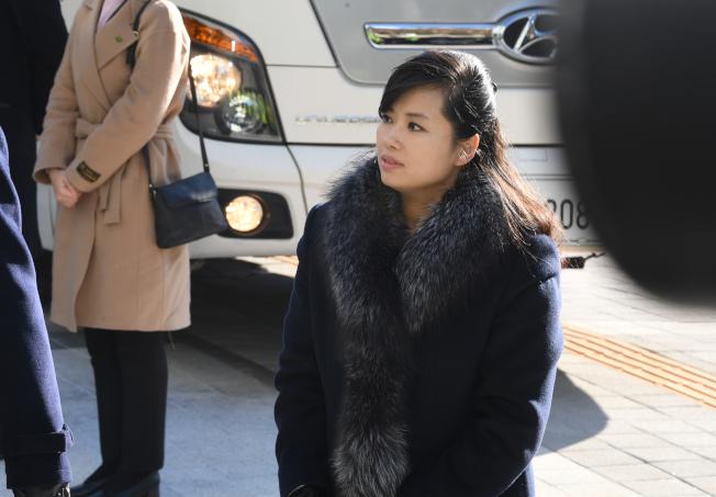 圖為北韓三池淵管弦樂團團長玄松月,7日抵達南韓江陵藝術中心。(新華社)