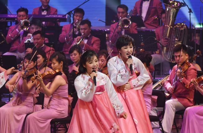 由北韓三池淵管弦樂團組成的北韓藝術團成員在江陵藝術中心表演。( 中央社)
