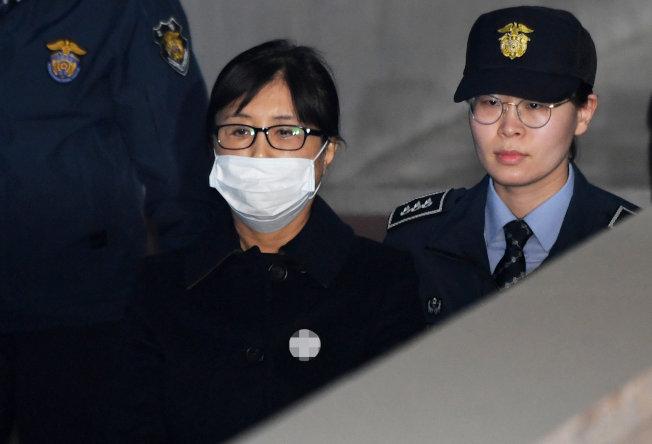 南韓前總統朴槿惠的閨密崔順實(左)被判20年徒刑。(路透)