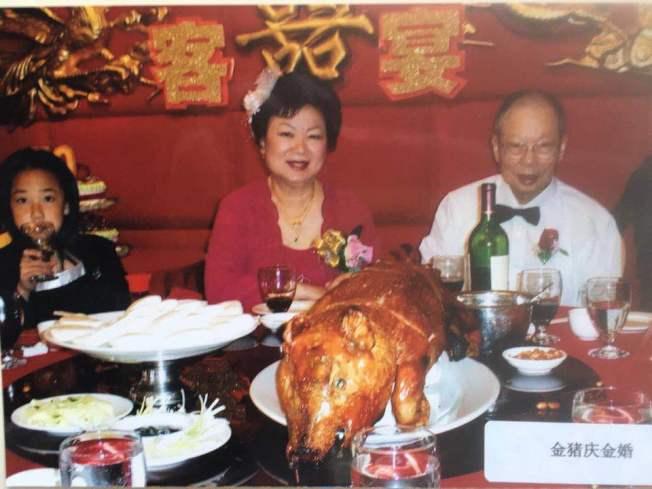 黃銘智(右)和李超梅(中),退休後移民美國。(圖:李超梅提供)
