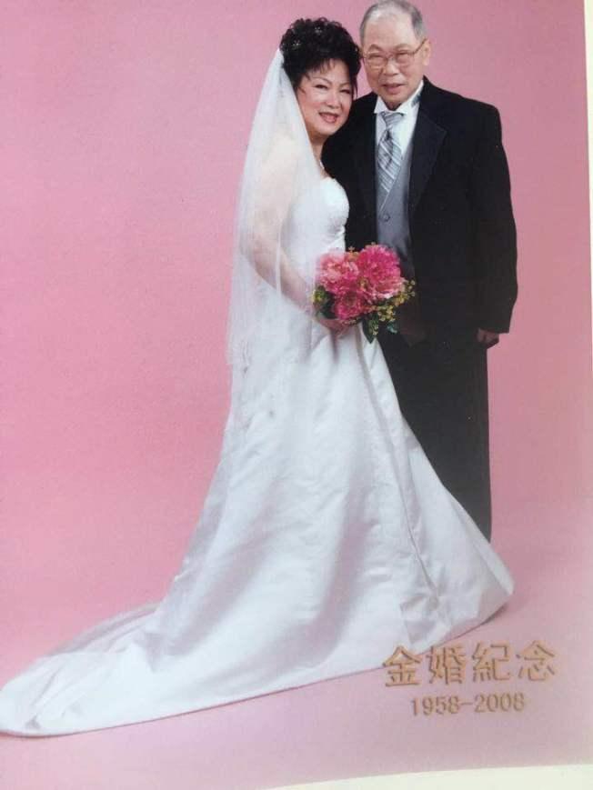 黃銘智(右)和李超梅(左)在金婚時拍攝的婚紗照。(圖:李超梅提供)