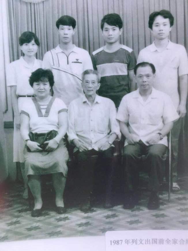 黃銘智(前排右)、李超梅(左)和家人在一起。(圖:李超梅提供)